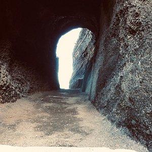 de grot die je door kunt lopen om bij het mooie uitzicht te komen
