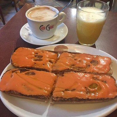 Desayunos económicos y recién hechos desde muy temprano ,  por la zona de las universidades en Granada.Café Capuchino, Granada