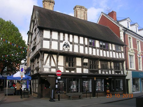Llwyd Mansion (built 1604) in Cross Street near to the Stone Cross/Fountain