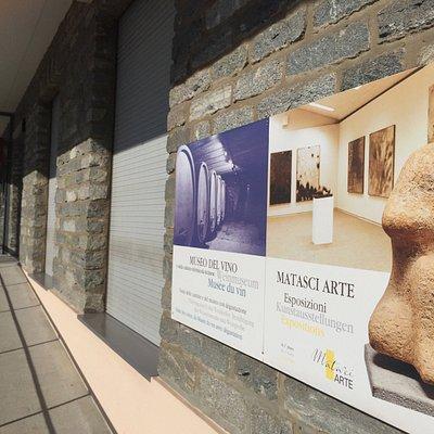 L'ingresso in pietra naturale della Galleria Matasci Arte.