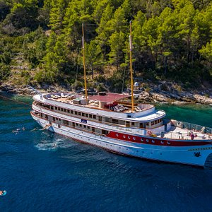 Queen Jelena boats regal qualities and for good reason as it boasts the highest levels of comfort onboard. With modern comforts and traditional designs, Queen Jelena is no ordinary cruising experience.