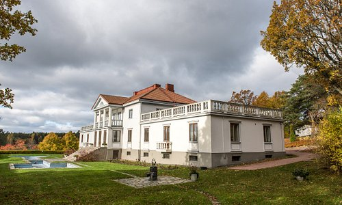 Söderlångvik Gård / Kartano / Manor. Until september 2020, the main building is closed due to renovation, but all other areas and services are open.