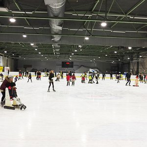 De publieke schaatsbeurt op de ijsbaan.