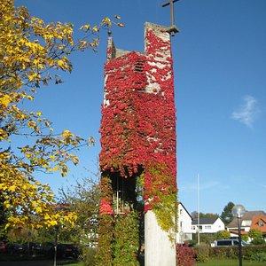 der efeubewachsene Glockenturm