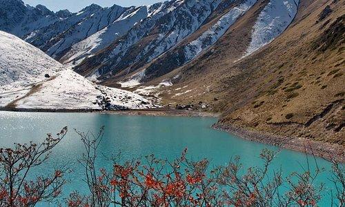 🏞Озеро Коль-Тор очень красивое местечко, которое любой турист-путешественник должен обязательно посетить. Оно находится в ущелье Кегети в Чуйском районе. . . Два часа езды от Бишкека и вы в ущелье. Пеший ход от автостоянки до озера занимает в среднем 3 часа. Вы сможете насладиться красотой озера Кол -Тор, которое находится на высоте 2733м. над уровнем моря, в 85км. от г. Бишкек.