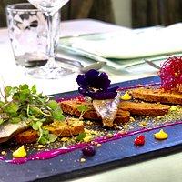 Sardinas ahumadas sobre pan de algas y crema de pitaya roja