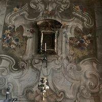 Pulpito ligneo intarsiato, finestrelle laterali, affreschi, interno, putto.