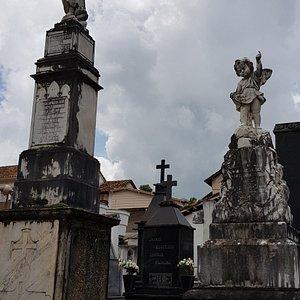 Esculturas expostas no cemitério