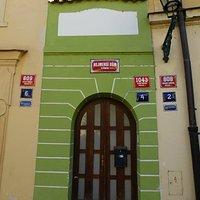 """Самый маленький """"дом грехопадения"""" в Праге..."""