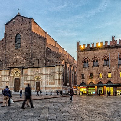 La basilica di San Petronio è la chiesa più grande di Bologna: domina l'antistante piazza Maggiore e, nonostante sia ampiamente incompiuta, è una delle chiese più vaste d'Europa.