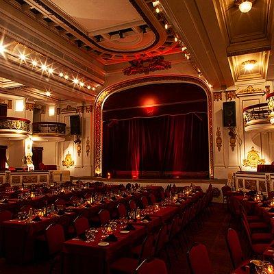 Un teatro inaugurado en 1915 , puro estilo operístico de la Belle Epoque, cuidadosamente restaurado a su estado original manteniendo la acústica perfecta harán de su visita una velada absolutamente  inolvidable.