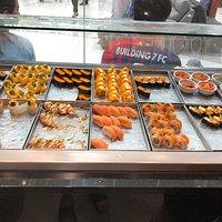 ชาบูชิที่อ่างทอง คนไม่เยอะแต่อาหารเยอะ มีให้เลือกกินหลายอย่างมาก นอกจากเราจะได้กินชาบู ที่มีหลายรสชาติให้เลือก ยังมีชูชิ ข้าวปั้นหน้า มีทั้งกุ้ง ปลาแซลมอน ยำสาหร่าย กิมจิ ให้เลือหลากหลายมากขึ้นกว่าเดิม มีเทปุระ ข้าวหน้าแกงกะหรี่ และยังมีเครื่องดื่ม ทั้งชาร้อน ชาเย็น น้ำปลไม้ เช่นน้ำฝรั่ง น้ำผลไม้ร่วม นำ้อัดลม ของกวานก็มีไอศครีม ฟุ๊ตสลัด ผลไม้ แตงโม สัปะรด ชาชูก็มีให้เลือก ทั้งหมู เนื้อ กุ้ง ปลา ลูกชิ้น สาหร่าย ตับ และผักหลายชนิด เห็ด โดยอิ่มไม่อั้น ในเวลา 1 ชั่วโมงครึ่ง ราคาก็ไม่แพง สมกับราคามา
