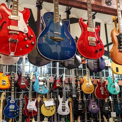 Много разных, редких, старых и не очень гитар.