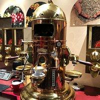 Ein Herzstück in der Kaffeerösterei ist die Kaffemaschine, die dem qualitativ hochwertigen Kaffee gerecht wird