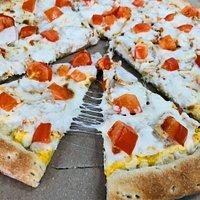 Классная пицца - Чикен чиз, беру постоянно. Моцарелла, томаты, сырный соус, и цыпленок конечно.