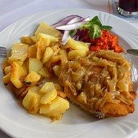 Zwiebelschnitzel mit Bratkartoffeln schmeckt mindestens so gut wie es aussieht :-)