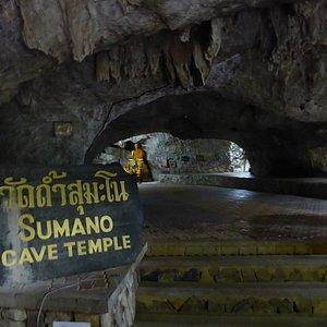 Ein weiterer Tempelbereich des Wat Tham Sumano mit enge Tunnelsysteme.