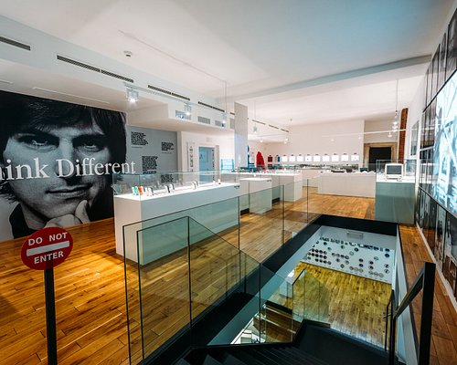 🖤Think Different! Discover Steve's Jobs legacy in historical center of Prague. 8min form Charles bridge. 6min from Old Town square. Put our Apple story to your program guide. At Apple Museum. Hidden in heart of Prague. https://ticket.applemuseum.com/en/ See reviwes. Visit & Enjoy!