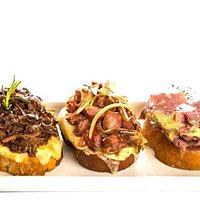 Trio Maravilha: três bruschettas tendo como cobertura os recheios mais pedidos nos sanduíches
