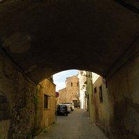 sullo sfondo, a chiudere la via, la chiesa di San Benedetto