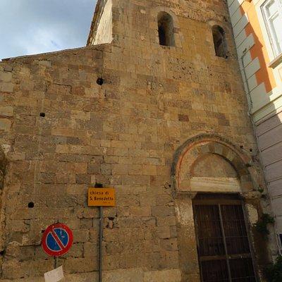 La facciata di San Benedetto, tagliata in due da un palazzo
