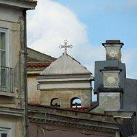 il piccolo campanile a vela della chiesa