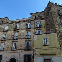 Il lato del castello su piazza della Vittoria (a parte la torre, a dx, per il resto sembra un normale palazzo)