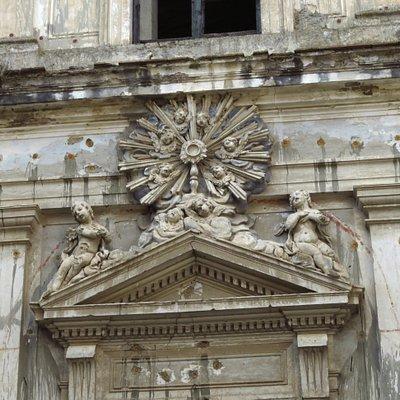 La bella decorazione barocca sopra al portale d'ingresso