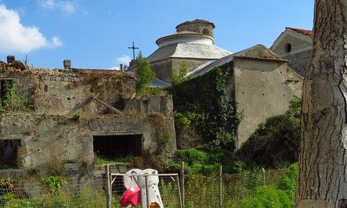 La parte posteriore della chiesa (al centro della foto) visibile dai giardini posti accanto alla chiesa di San Benedetto