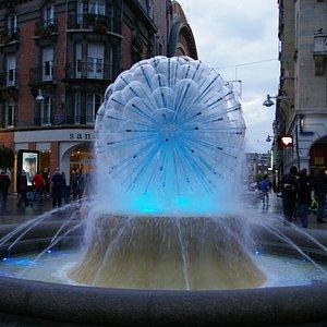 Fontaine de la solidarité (belle petite boule d'eau aux couleurs changeantes)