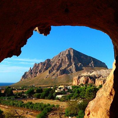 Grotticella nel parco suburbano del Cerriolo e sullo sfondo Monte Cofano (Custonaci).