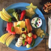 Nuestro famoso plato de Frutas, siempre fresco y con fruta de temporada acompañada de yogurt natural y granola