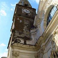 il campanile accanto alla facciata, lungo corso Vittorio Emanuele