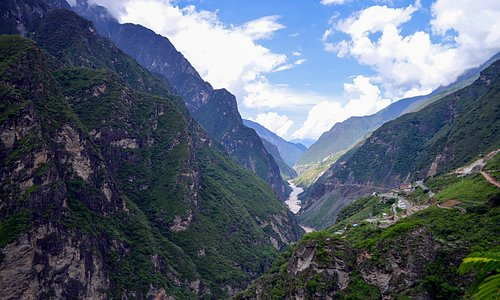 Tiger Leaping Gorge Hiking | Hiking Time: 1 to 2 days | Distance: 20 km | Location: 60 kilometres north of Lijiang City, Yunnan in southwestern China