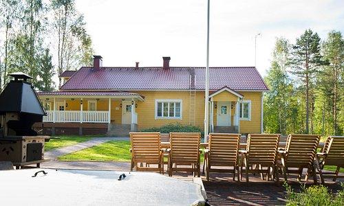 Villa Markkola – lomamökit keskellä Suomea   Nauti vapaa-ajastasi luonnonkauniissa mökkimiljöössä -vaikkapa perheen, ystävien tai sukulaisten kera. Lomamökkimme ovat tilavia ja tasokkaasti varusteltuja. Vuodepaikkoja on jopa 19 hengelle.  Kesällä voit kalastaa järvellä tai useilla taimenkoskilla. Souda, melo, vaella – nauti ympäröivästä luonnosta!