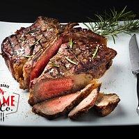 La bistecca cotta alla brace nel X-Oven, una delle specialità del Flame'n Co