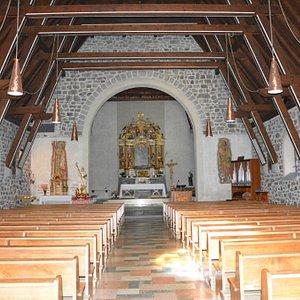 Parrocchiale di San Bernardo - navata e abside con altare maggiore