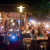 Evening artesanal market with art, crafts, food, souvenirs, jewelry, paintings....  live music and fun!