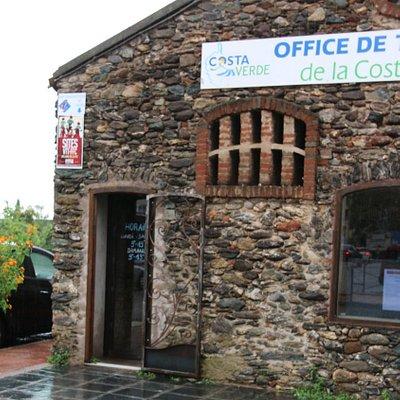 Content car cet office de tourisme se trouve la une route principale lorsque l'on traverse le village de San Nicaloa. Il est facilement repérable et c'est assez facile pour se garer