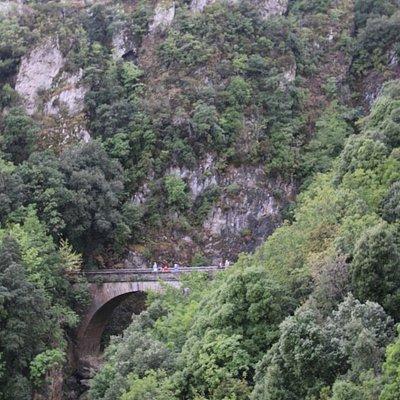 Vue du pont avec sa montagne