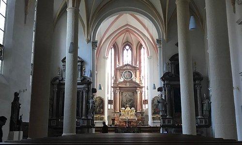 Muito linda a igreja por dentro e por fora, observem bem os detalhes dentro e a arte de quadros de famosos pintores alemães