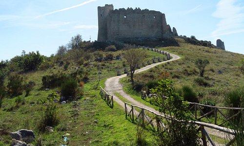 il tratto finale della strada di accesso al castello