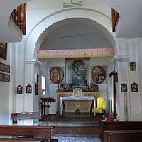 All'interno si trova una pala d'altare con la pietà con a fianco dipinti di San Filippo neri e San Domenico