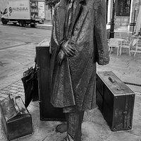 El viajero, rodeado por sus maletas