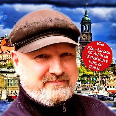 Der Kiez-Kapitän Jens für die beliebte Reeperbahn Tour durch St. Pauli mit Kneipenbesuch und Getränk. Und die Stadtführung Hamburg von der Alster zur Elbphilharmonie Plaza. Die persönlichen Führungen in Hamburg auch für Gruppen auf Anfrage.