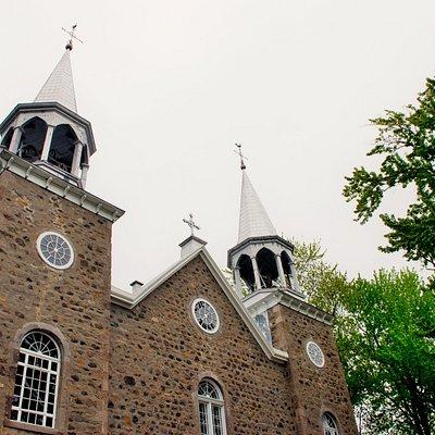 l'Église de la Purification de la Bienheureuse Vierge Marie* (1725). Typique des églises québécoises, n'hésitez pas à entrer dedans et à vous balader dans le charmant cimetière qui l'entoure.