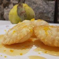 Raviolini fritti con un ripieno di mele cotogne, addolciti da un buon miele e, infine,  scorza di arance che ne esalta il sapore