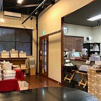 店内風景。お土産品の方がスペースを咲いている感じ。