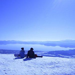 磐梯山の中腹から猪苗代湖が一望出来る絶景スキー場!