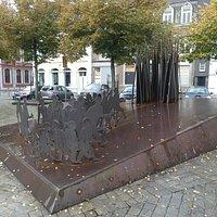 Sculpture Les Principautaires på Place St. Barthélemy i Liège